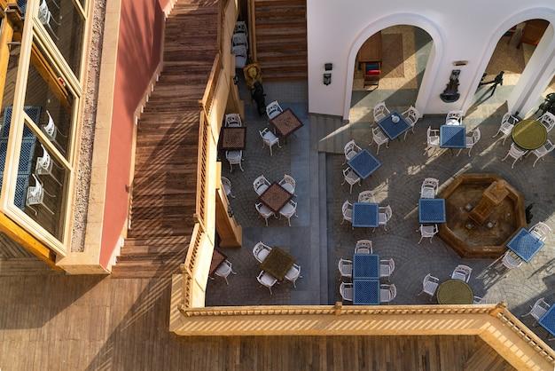 Vista superior do terraço de verão e das escadas do hotel