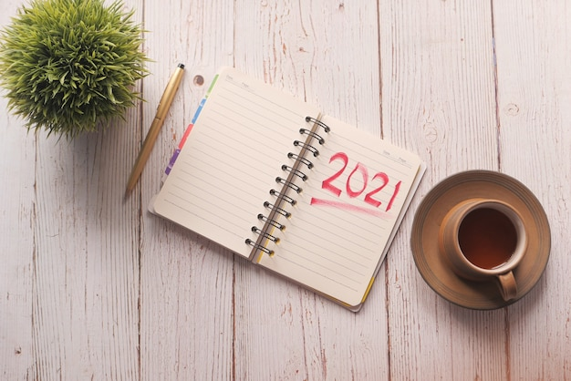 Vista superior do texto de metas de ano novo no bloco de notas.