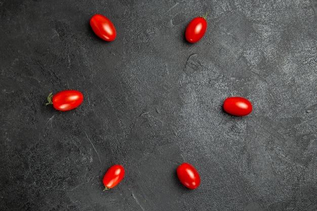 Vista superior do tomate cereja em solo escuro