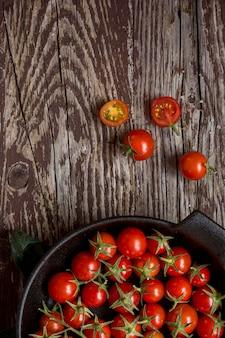 Vista superior do tomate cereja no prato