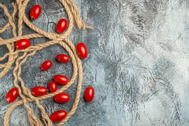 Vista superior do tomate cereja vermelha com cordas