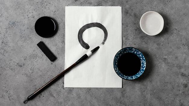 Vista superior do traço de tinta chinesa em papel branco