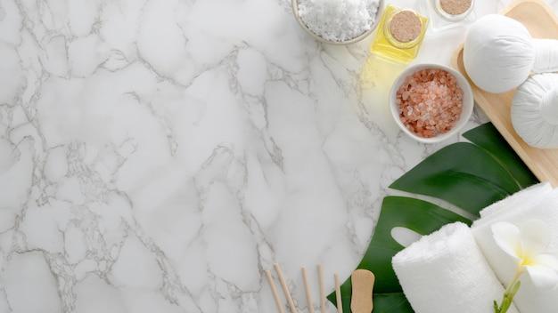Vista superior do tratamento de spa de beleza e conceito de relaxamento com toalha branca, sal de spa, óleo de aroma e outros acessórios de spa