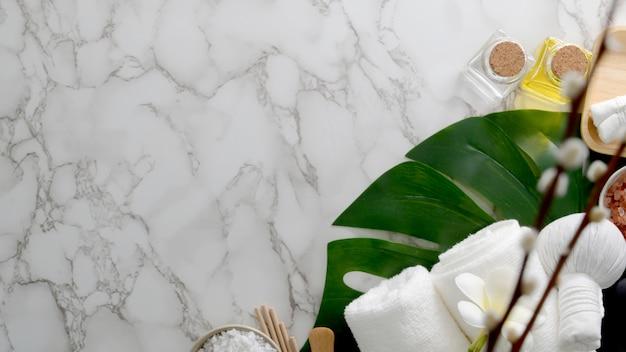 Vista superior do tratamento de spa de beleza e relaxar o conceito com toalha branca, sal de spa e óleo de aroma