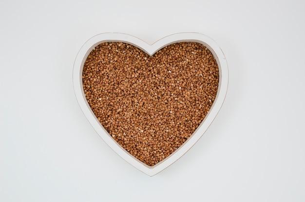 Vista superior do trigo mourisco em forma de coração