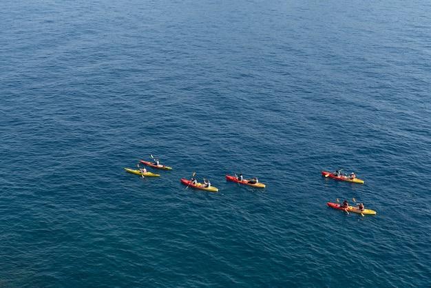 Vista superior do turista remar caiaque no oceano