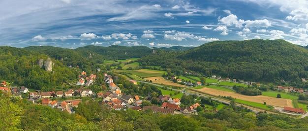 Vista superior do vale cercado por montanhas no parque nacional