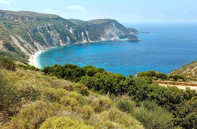 Vista superior do verão da praia petani kefalonia, grécia