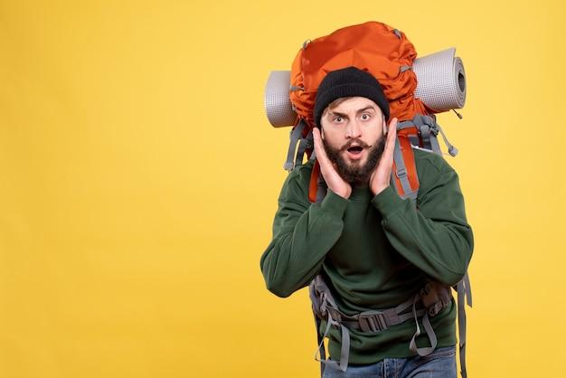 Vista superior do viajante surpreso com mochila