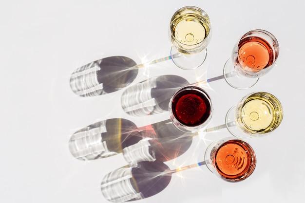Vista superior do vinho tinto, rosa e branco à luz do sol