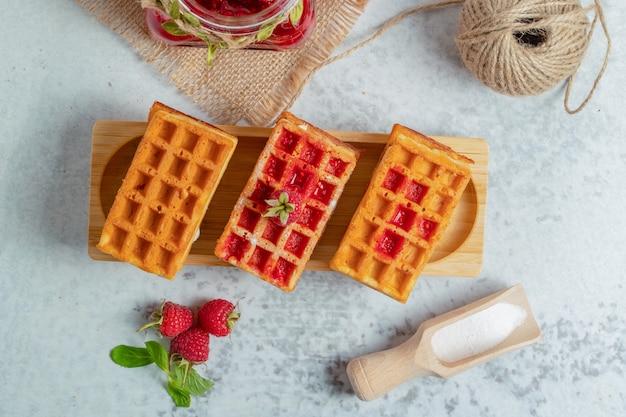 Vista superior do waffle caseiro fresco com geleia de framboesa.