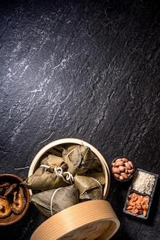 Vista superior do zongzi caseiro chinês asiático - comida de bolinho de arroz para o festival do barco-dragão