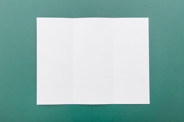 Vista superior dobrada brochura branca