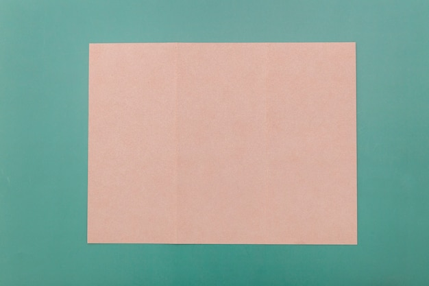 Vista superior dobrada brochura rosa