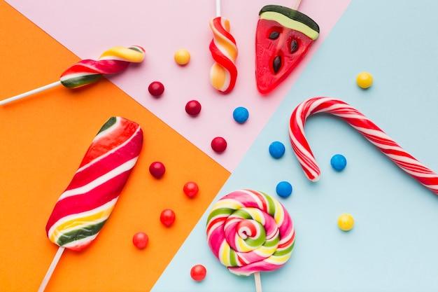 Vista superior doces saborosos e pirulito