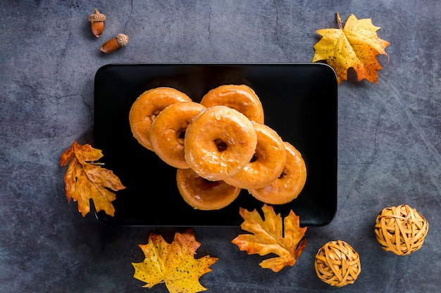 Vista superior donuts vitrificada na placa