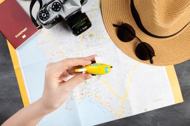 Vista superior dos acessórios de viagem no mapa