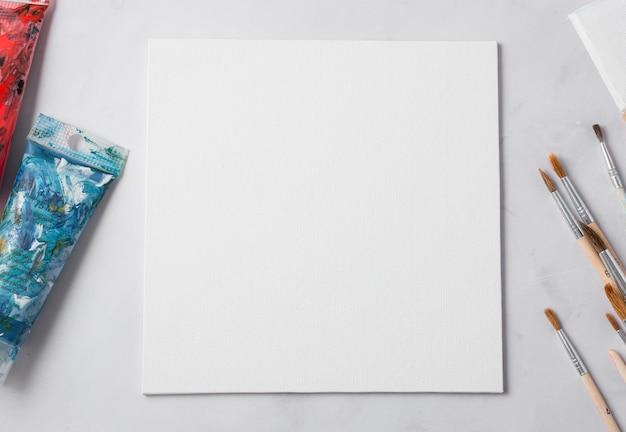 Vista superior dos adereços do artista na mesa