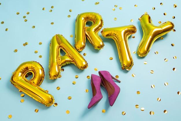 Vista superior dos balões e sapatos de festa