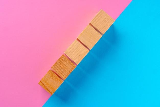 Vista superior dos blocos de madeira em rosa e azul