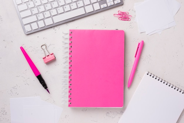 Vista superior dos blocos de notas na mesa com clipes de papel e notas autoadesivas