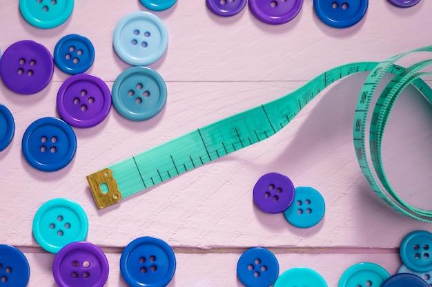 Vista superior dos botões e fita métrica