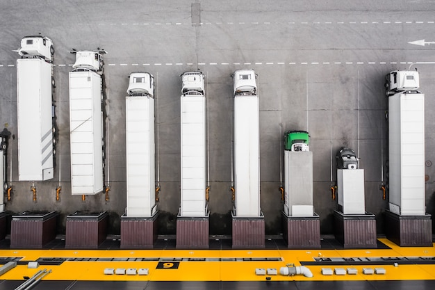 Vista superior dos caminhões carregando no centro de distribuição