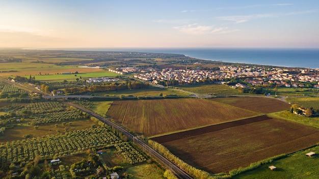 Vista superior dos campos e do passeio de vada, na região da toscana. itália.