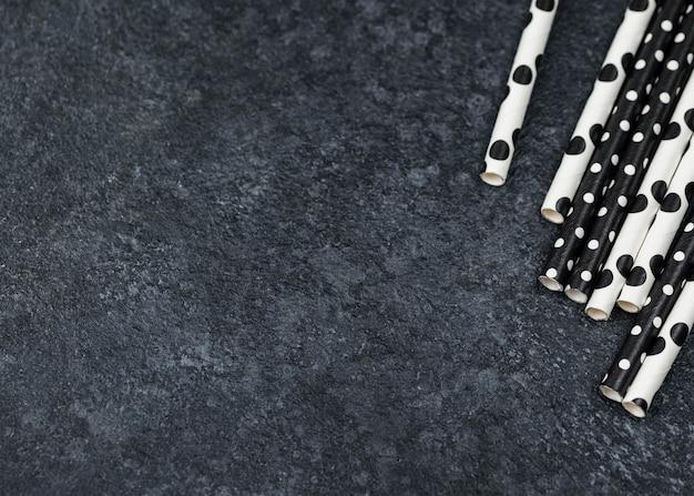 Vista superior dos canudos de papel pontilhados