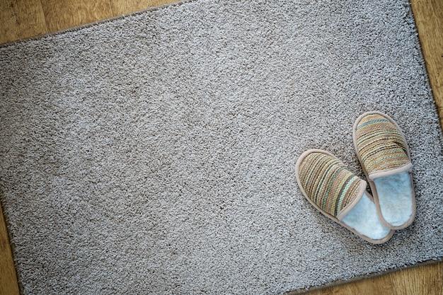 Vista superior dos chinelos no tapete