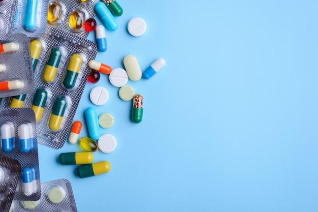 Vista superior dos comprimidos sobre o fundo azul