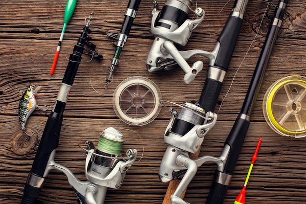 Vista superior dos elementos essenciais de pesca e isca