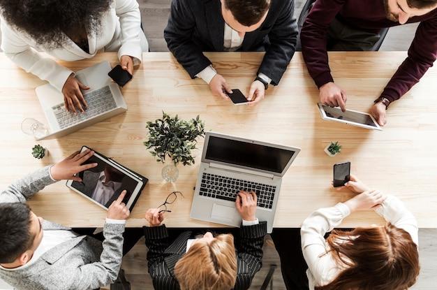 Vista superior dos empresários em reunião