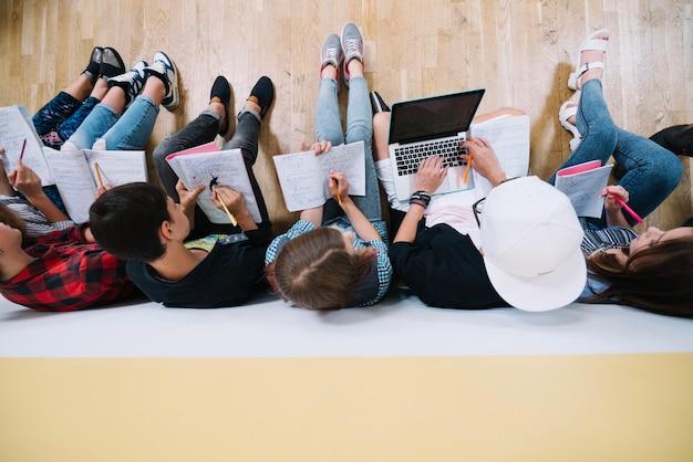 Vista superior dos estudantes que trabalham