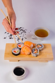 Vista superior dos fios de sushi e chá.