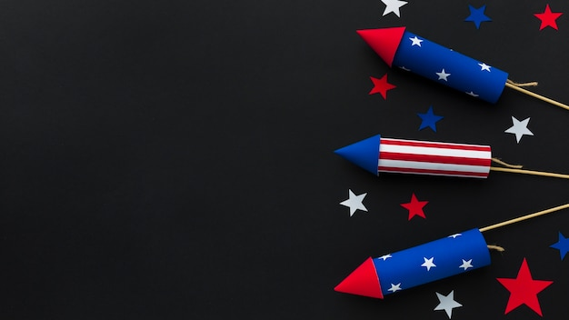 Vista superior dos fogos de artifício do dia da independência com espaço de cópia e estrelas