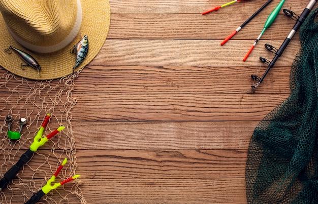 Vista superior dos fundamentos de pesca coloridos com rede e chapéu
