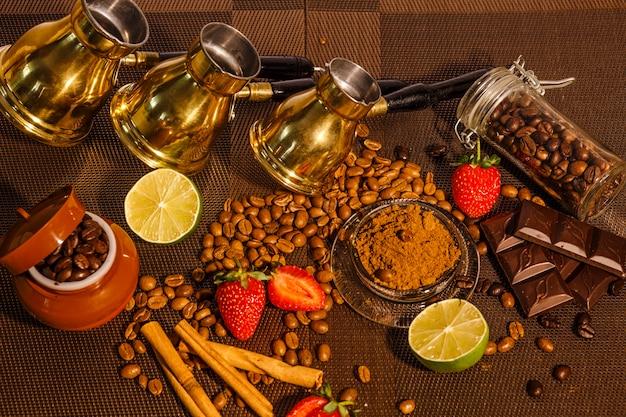 Vista superior dos grãos de café com três cafeteiras armênias, cal, chocolate e morango