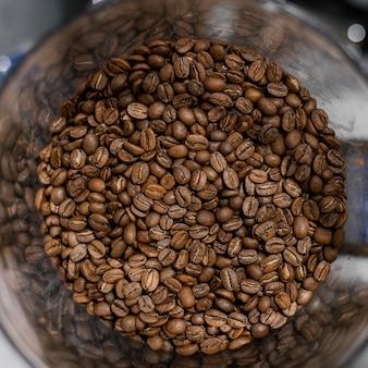 Vista superior dos grãos de café torrados