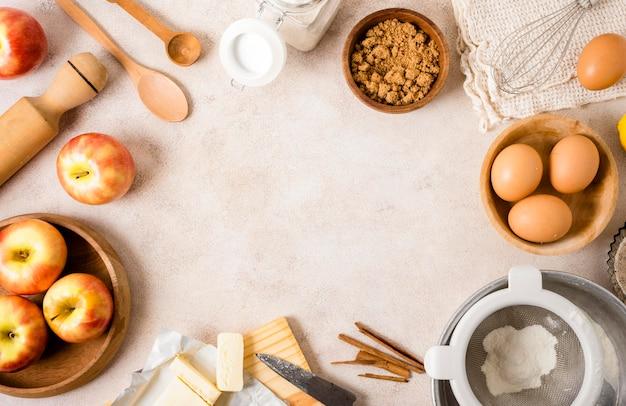 Vista superior dos ingredientes com maçãs e ovos