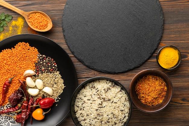 Vista superior dos ingredientes da refeição indiana