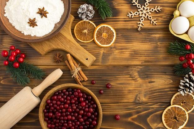 Vista superior dos ingredientes para a torta de cranberry de natal no fundo de madeira