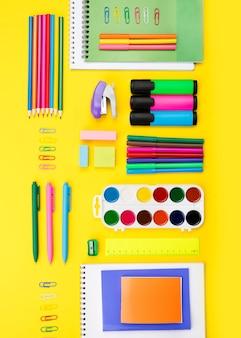 Vista superior dos itens essenciais de volta às aulas