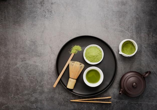 Vista superior dos itens essenciais do chá matcha