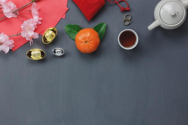 Vista superior dos itens para o fundo do conceito de ano novo feliz do mundo. diferente acessório essencial na decoração moderna da casa de mesa rústica. misture objetos para o espaço do festival. espaço livre para design criativo.