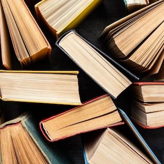 Vista superior dos livros de capa dura