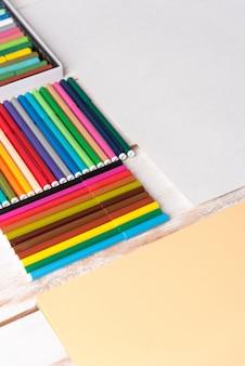 Vista superior dos marcadores em caixas na mesa