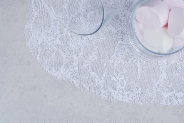 Vista superior dos marshmallows em frasco de vidro. foto de alta qualidade