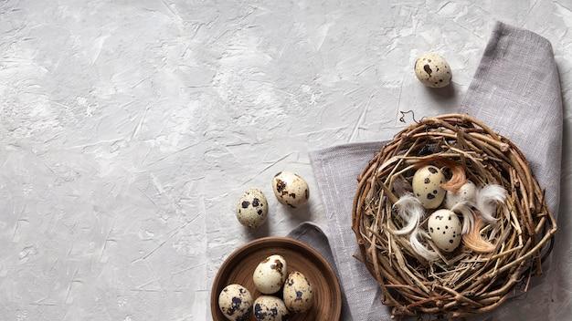 Vista superior dos ovos para a páscoa com cópia espaço e ninho de pássaro