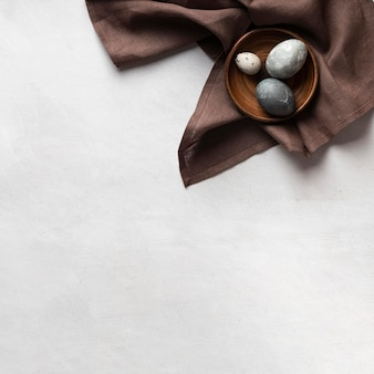 Vista superior dos ovos para a páscoa no prato com espaço de cópia